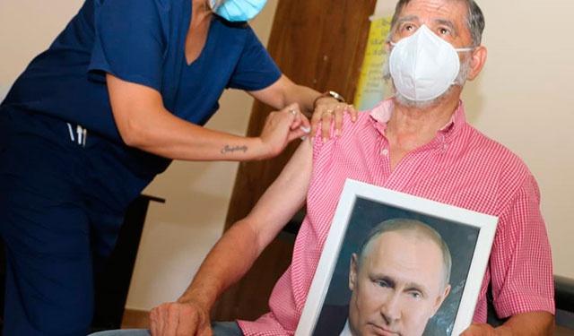 «Я получил вакцину, спасибо»: в одном из аргентинских городов мэр вакцинировался с портретом Путина в руках