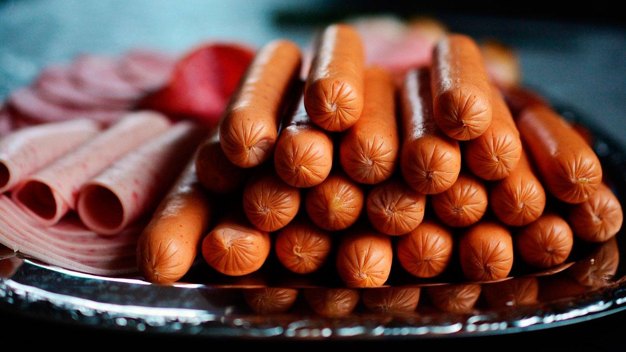 Онколог объяснил, почему колбаса вреднее сигарет