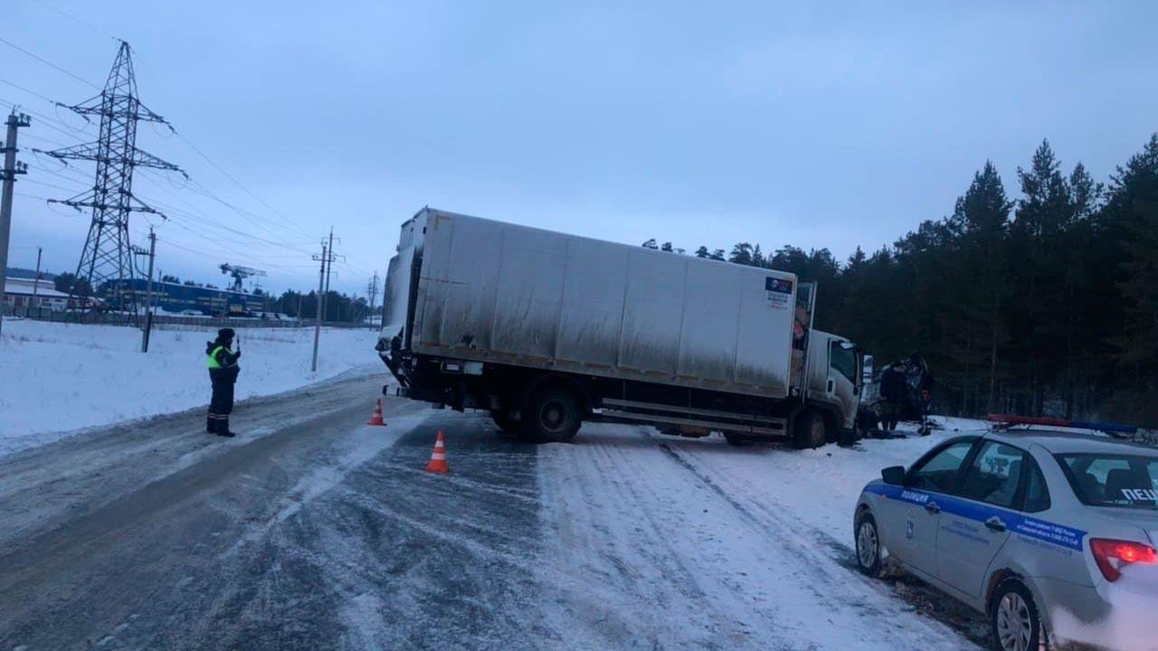 Искореженные легковушка и грузовик: опубликованы кадры с места смертельного ДТП под Самарой