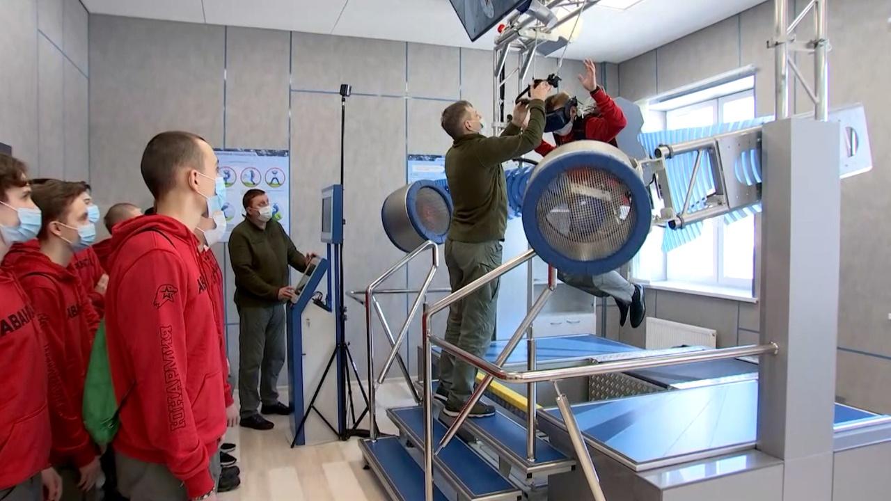 Практические стрельбы и физподготовка: как проходят военные сборы в центре «Авангард»