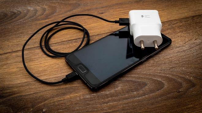 Аналитик Роскачества рассказала об опасных ошибках при зарядке смартфона