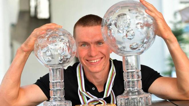 Лыжнику Большунову вручили Хрустальный глобус за победу в общем зачете Кубка мира
