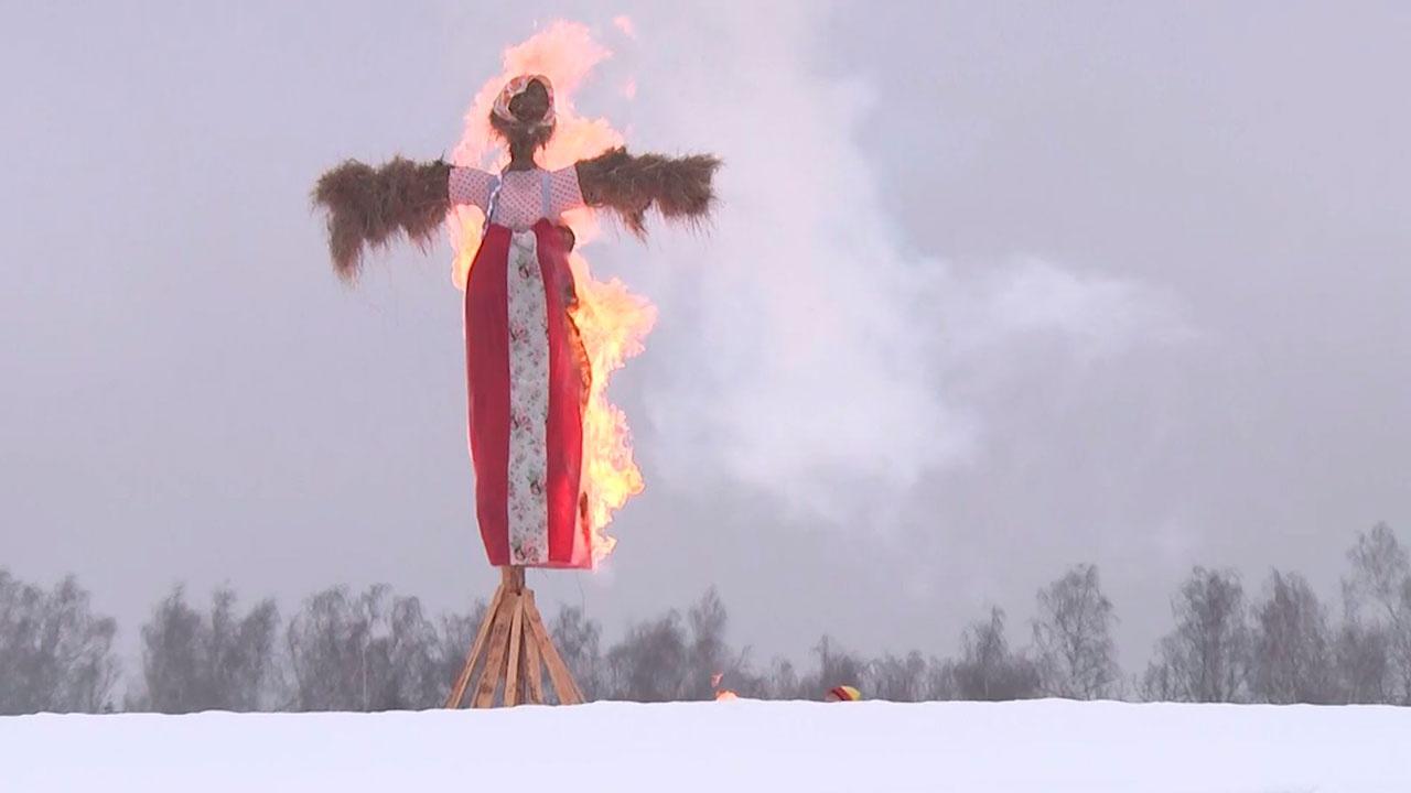 До свидания, зима: в парке «Патриот» сожгли чучело Масленицы