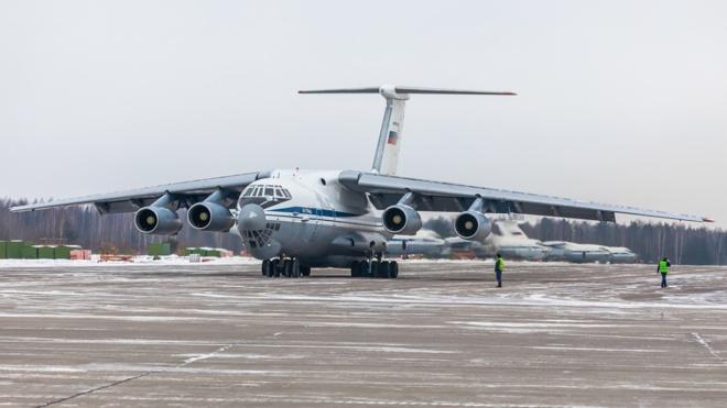 Тяжеловесы на бреющем: экипажи Ил-76 выполнили полеты в Твери на предельно малых высотах