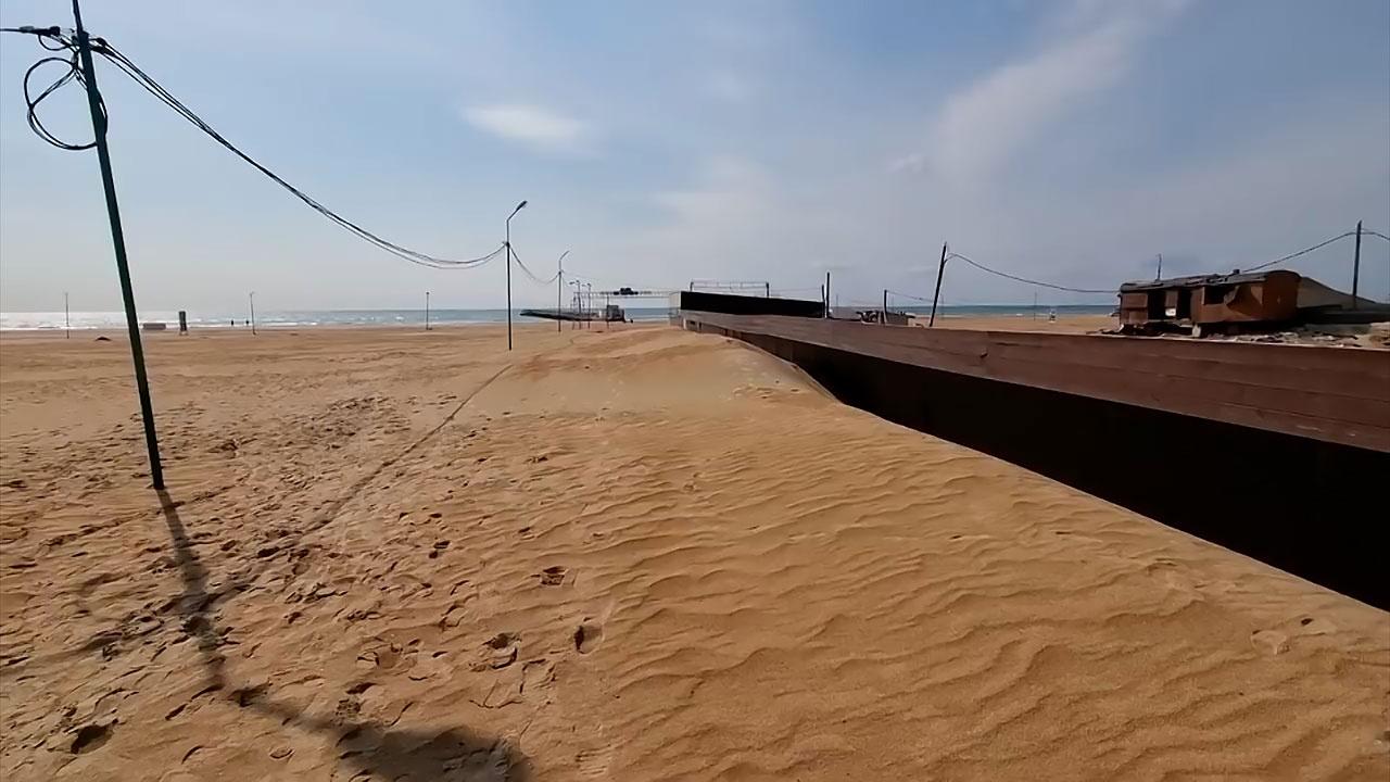 Из-за пыльной бури набережная Анапы превратилась в пустыню