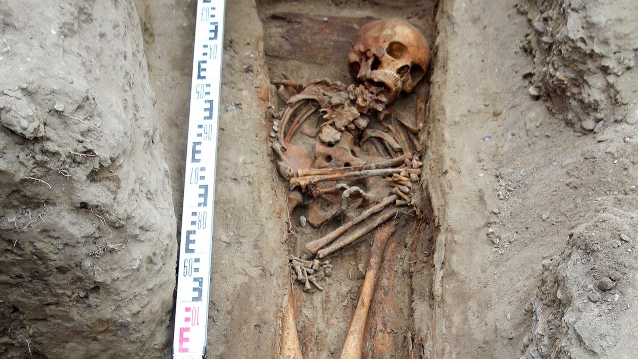На месте раскопок некрополя в Красноярске найдено загадочное захоронение горбуньи