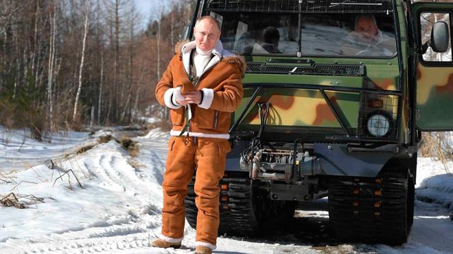 «Байден даже не смог бы забраться в машину»: китайцы восхитились ловкостью Путина при управлении вездеходом в тайге