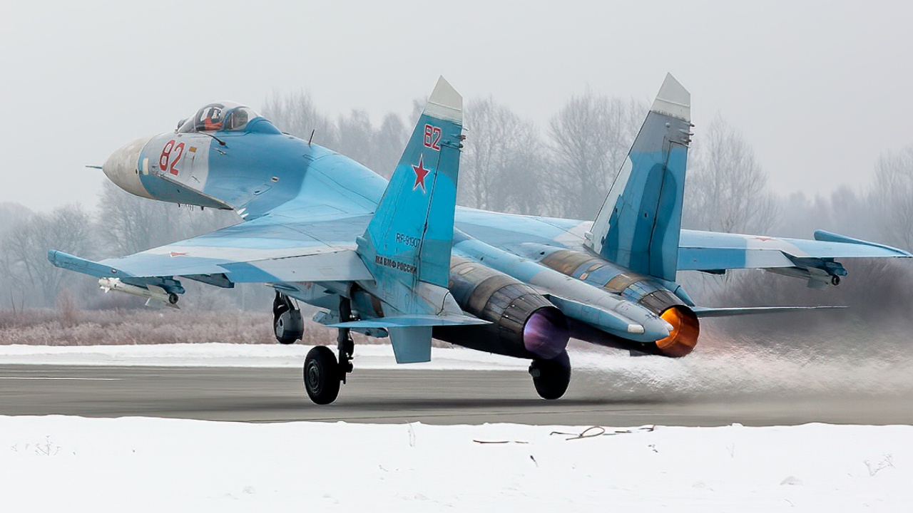 Ночной пилотаж: пилоты Су-27 отработали воздушный бой в небе Балтики