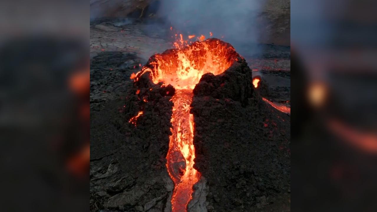 Огненное море: фотограф сжег дрон в жерле извергающегося вулкана в Исландии ради красивых кадров