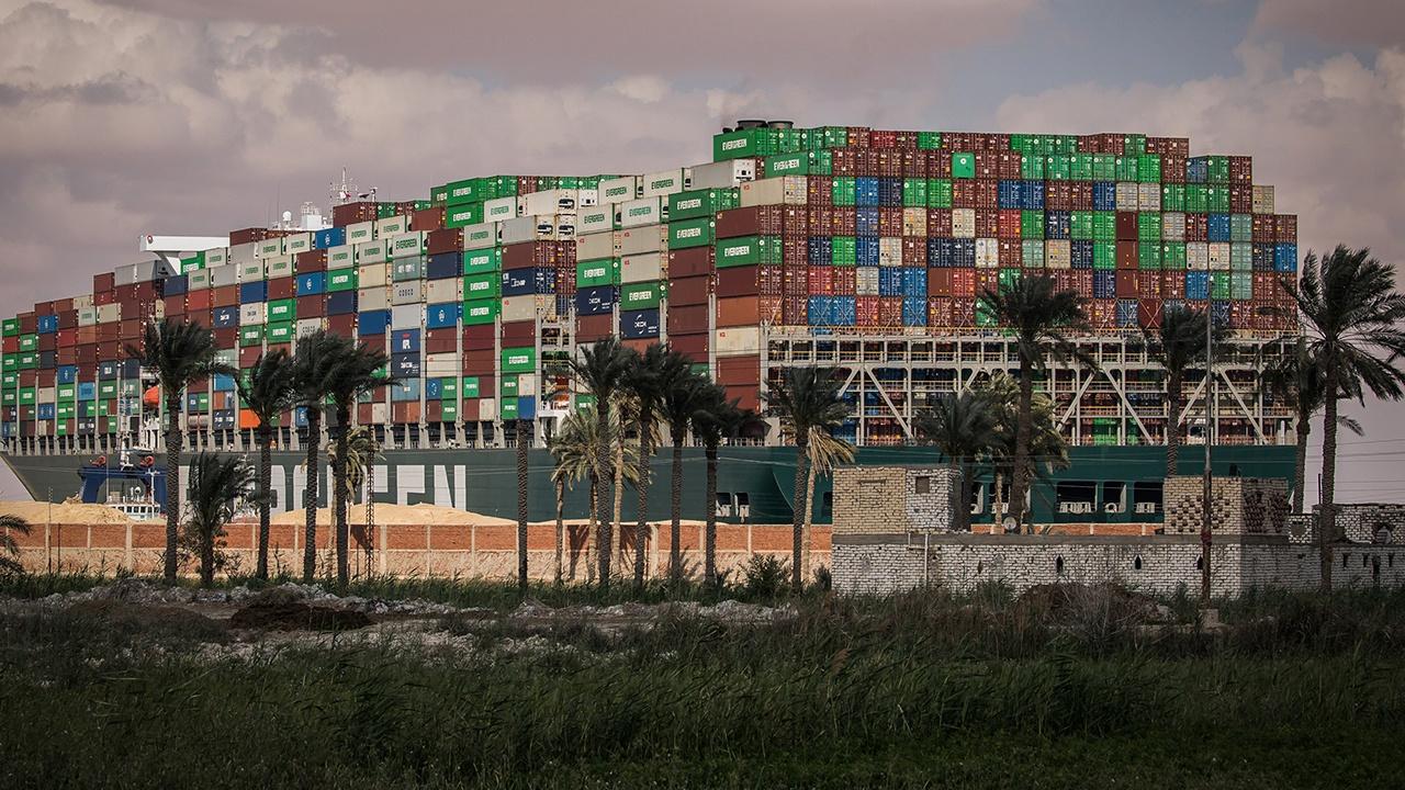 СМИ: перекрывшее Суэцкий канал судно могут снять с мели этой ночью