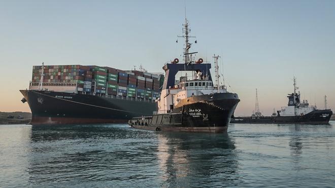 Тяжелый груз: дважды перегородившее Суэцкий канал судно отбуксировали в фарватер