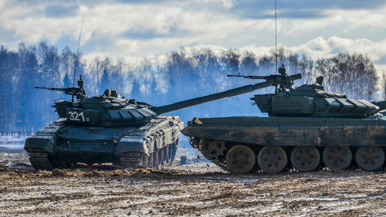 По задымленному лесу: российско-белорусская колонна танков и БМП совершила марш к огневому рубежу на нижегородских учениях