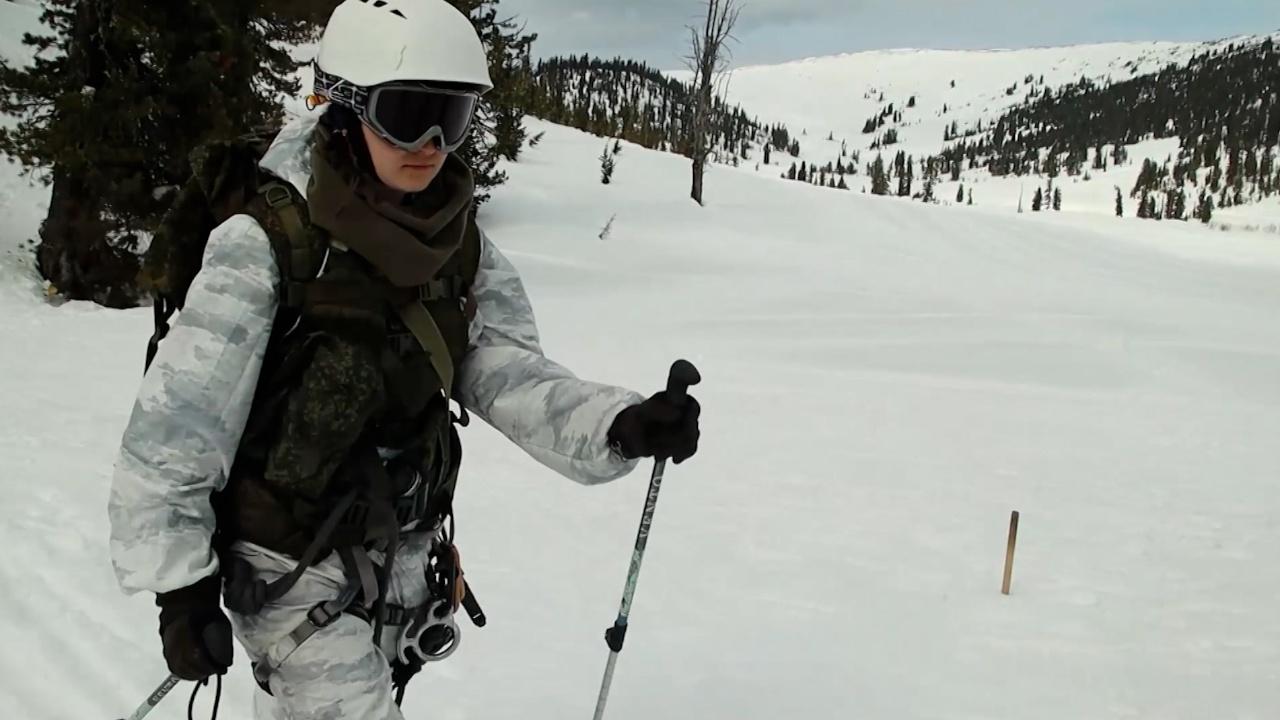 Вниз с отвесной скалы: кадры подготовки девушек-военнослужащих к конкурсу «Саянский марш»