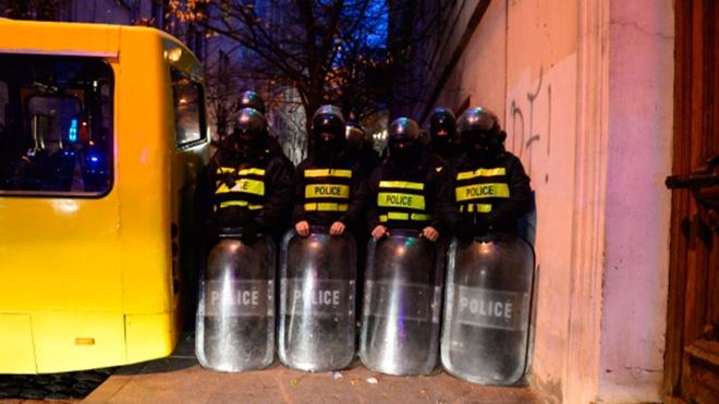 Стычки оппозиционеров с полицией начались у здания гостиницы в Тбилиси, где остановился Познер