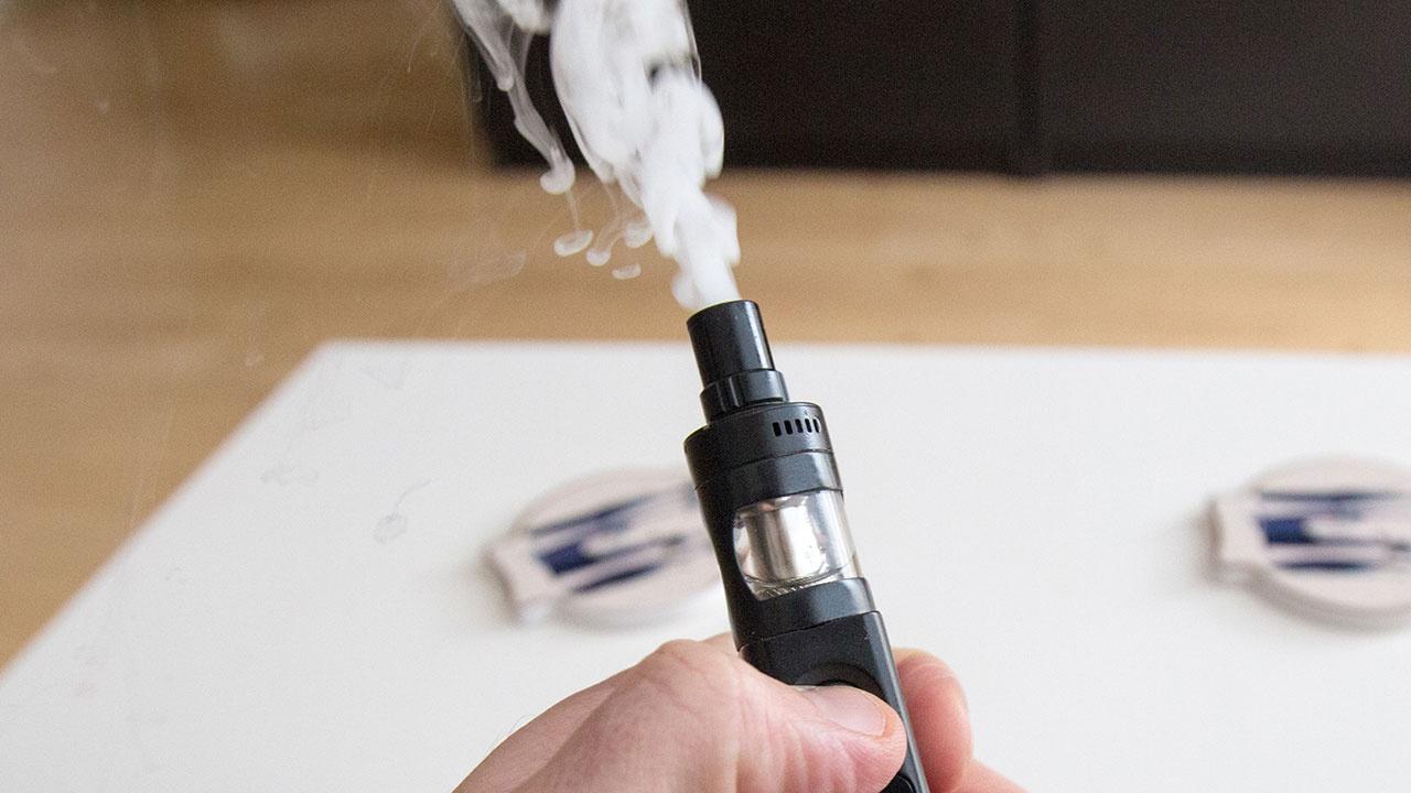 Нарколог рассказал, можно ли бросить курить с помощью вейпов