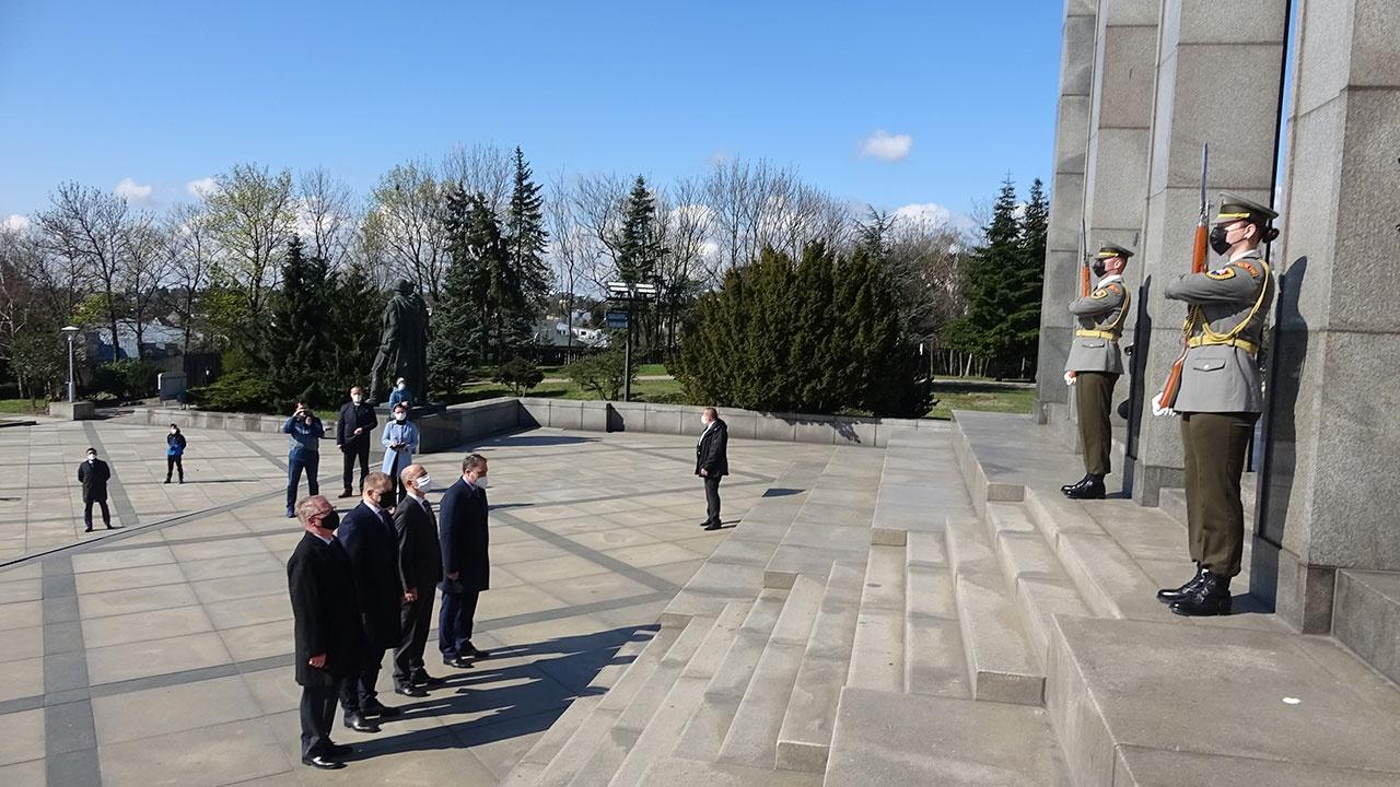 Руководство Словакии почтило память освободивших Братиславу красноармейцев