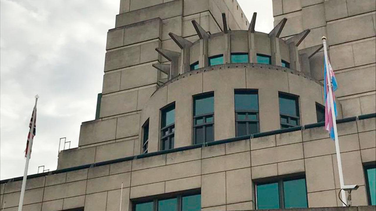Над зданием британской спецслужбы MI6 заметили флаг трансгендеров