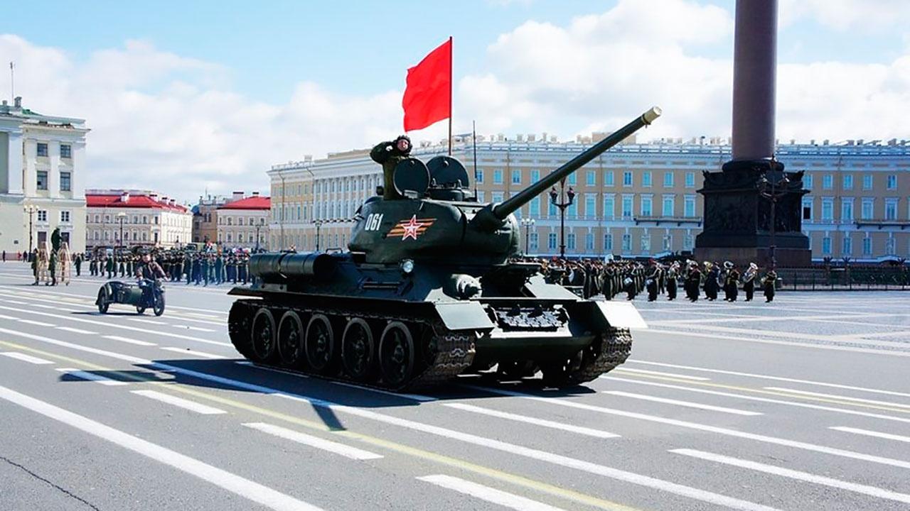 По брусчатке Дворцовой площади: как готовят легендарный Т-34 к Параду Победы в Санкт-Петербурге