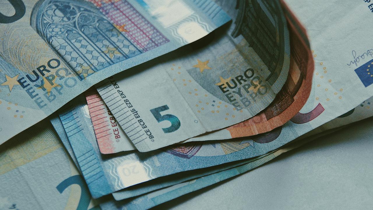 Курс евро на Мосбирже поднялся выше 92 рублей