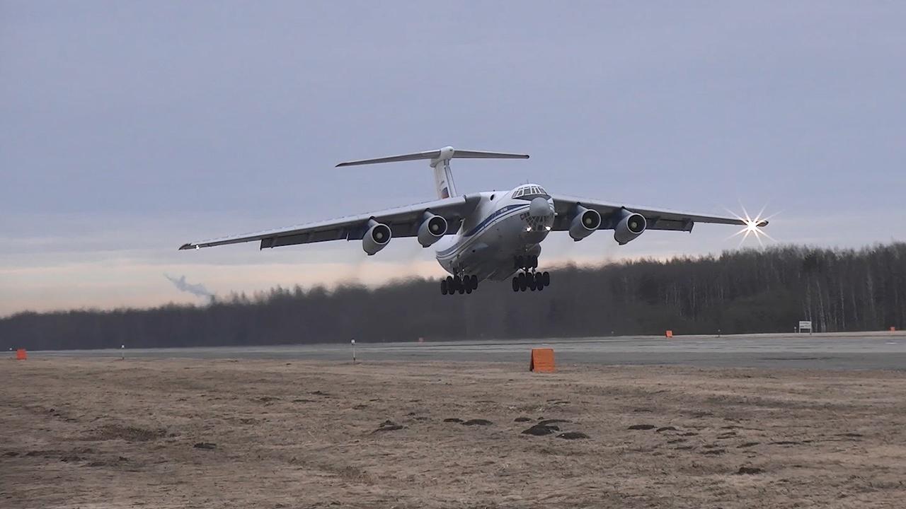 Летающие тяжеловесы: опубликовано видео тренировок военно-транспортной авиации к Параду Победы