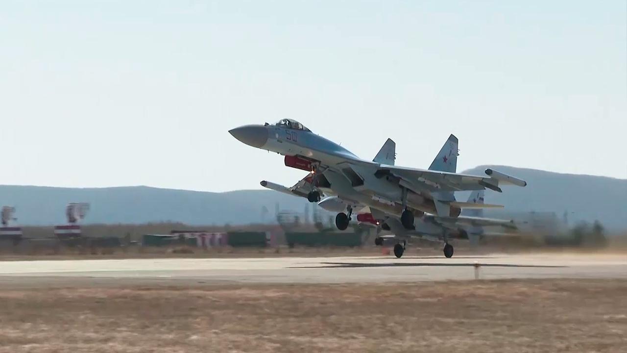 Подготовка к параду Победы: кадры тренировок авиации на аэродроме ВВО