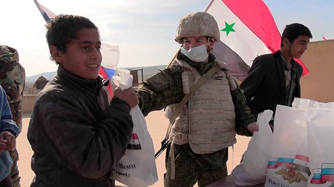 Более 10 тонн продуктов в рамках гуманитарной акции раздали российские военные в Сирии