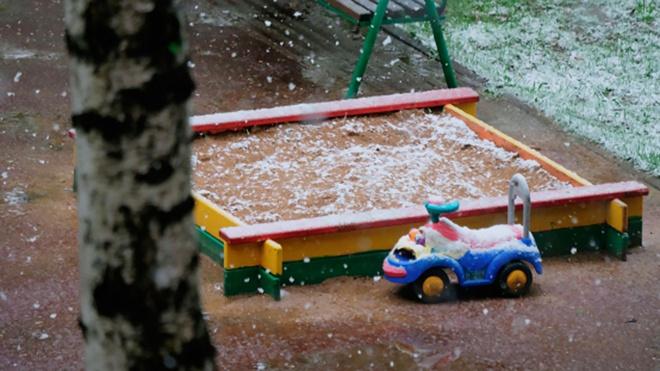 В Казани ребенка «засосало» в песок на детской площадке