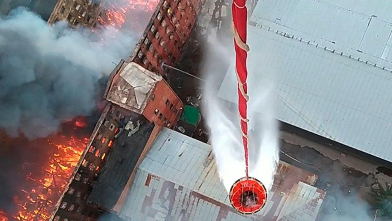 На помощь Петербургу для тушения огня на фабрике выехали сотрудники центрального аппарата МЧС РФ