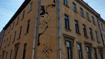 Дом без «присмотра»: почему портрет Даниила Хармса на его доме в Петербурге хотят убрать