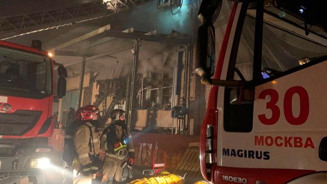 Из-за пожара на московском складе частично обрушилась кровля