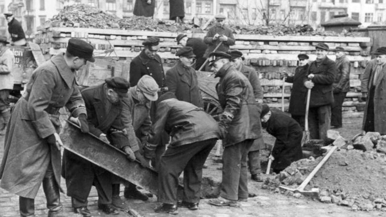 Немцы сооружают противотанковую баррикаду<figcaption class=
