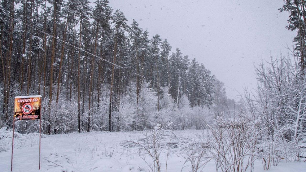 Два автомобиля занесло снегом в Якутии: есть погибший