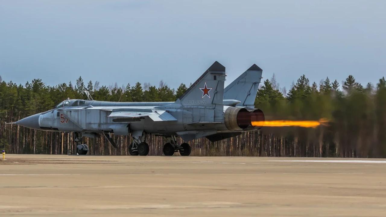 Атака на сверхзвуке: истребители МиГ-31БМ и Су-35С уничтожили воздушные цели в небе Тверской области