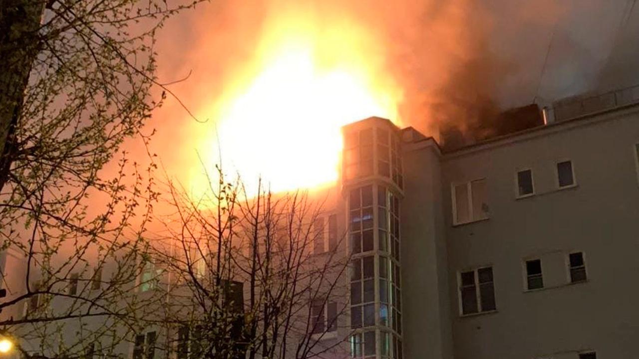 В центре Москвы полыхает исторический жилой дом