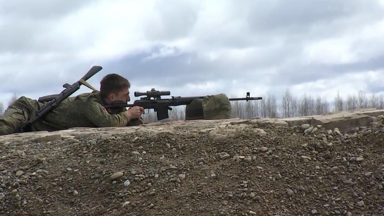 Сквозь колючую проволоку с оружием в руках: военнослужащие ВВО преодолели «Снайперский рубеж»