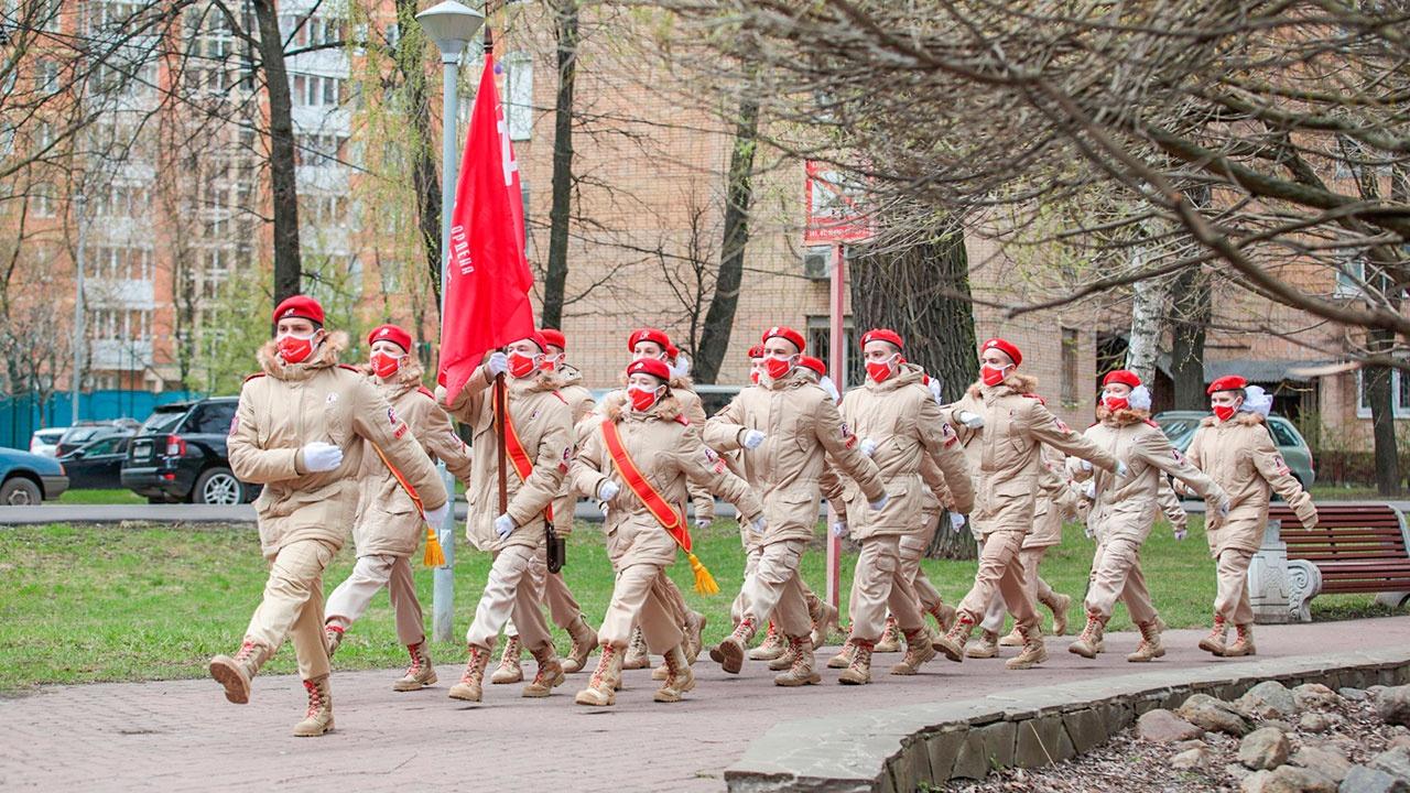 Столичные юнармейцы поздравили фронтовиков с 76-й годовщиной Победы