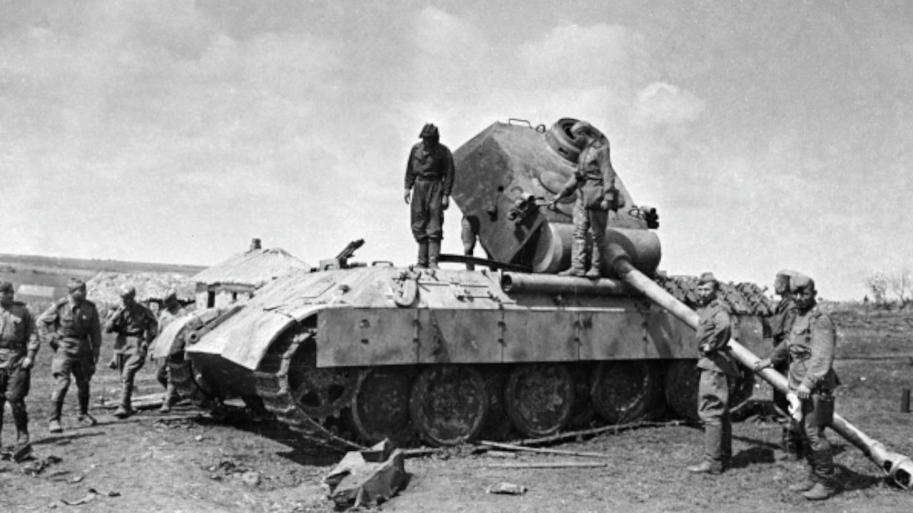 Советские бойцы осматривают уничтоженную