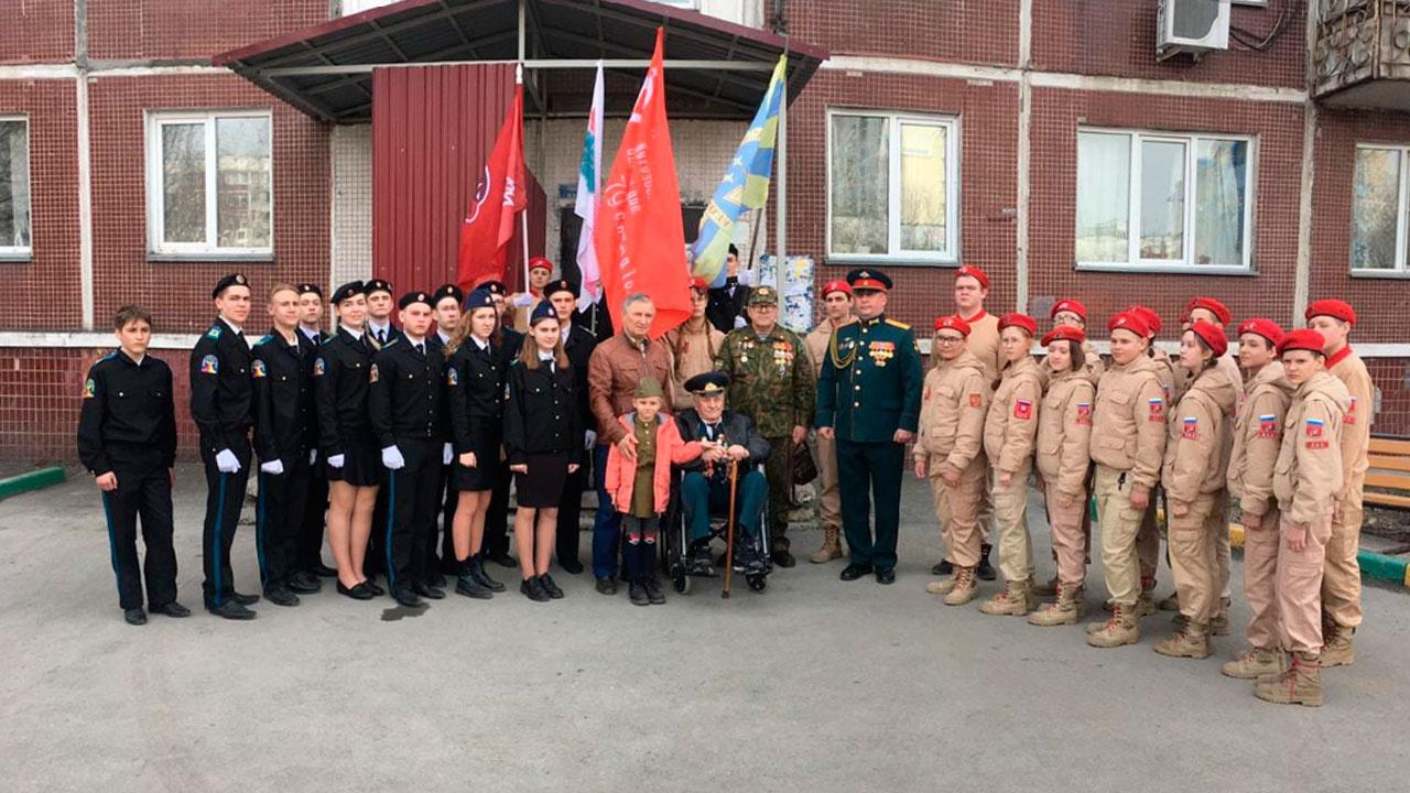 Спасибо дедушки за все: новосибирские юнармейцы устроили парады под окнами ветеранов