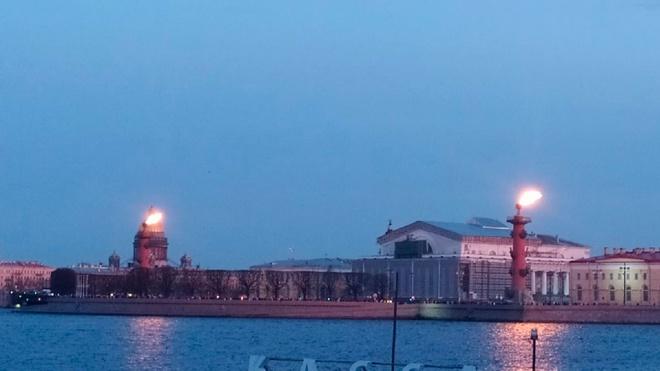 В Петербурге после победы «Зенита» зажгли Ростральные колонны