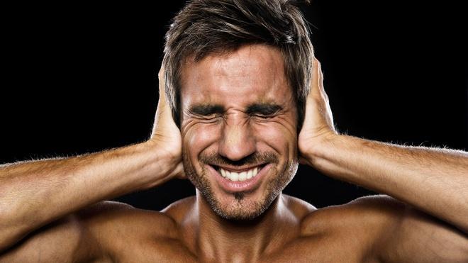 Стресс или опухоль: названы возможные причины звона в ушах