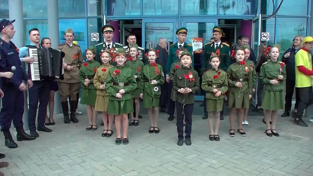 Около 10000 Георгиевских ленточек и цветы: военнослужащие ВВО и юнармейцы провели акцию «Журавли» в Хабаровске