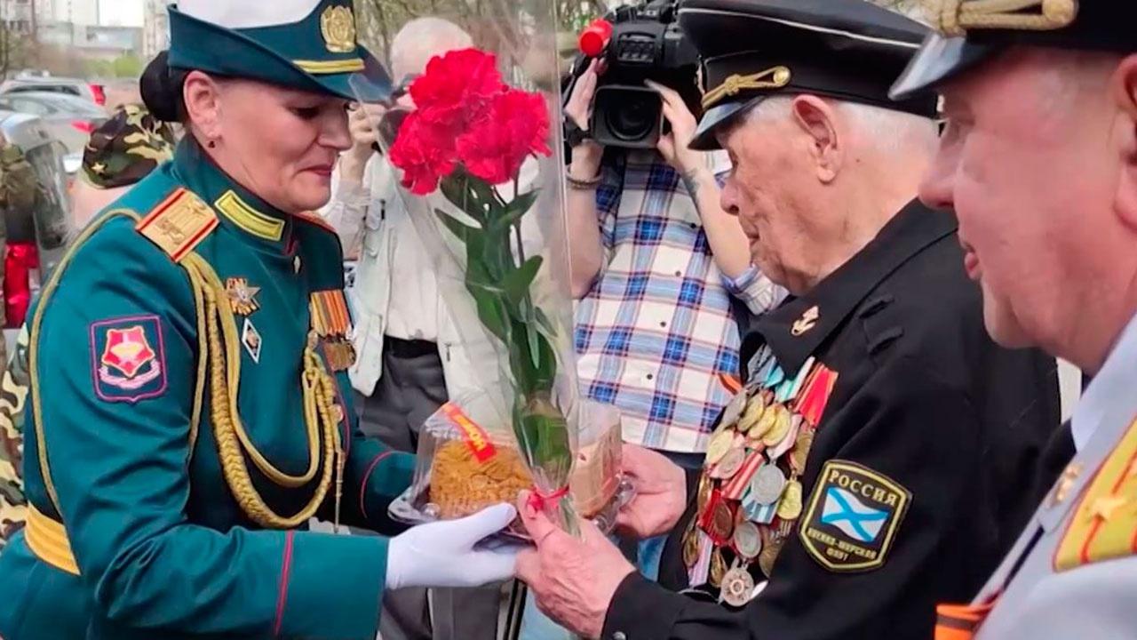 В Екатеринбурге женский парадный расчет прошел торжественным маршем для участвовавшего в обороне Заполярья фронтовика