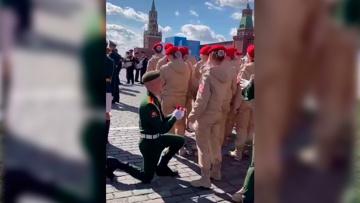Романтичный момент: участник Парада Победы в Москве сделал девушке предложение на генеральной репетиции