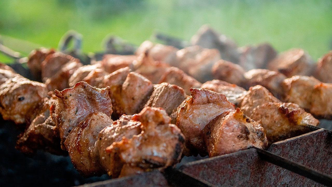 Диетолог предупредила об опасности переедания шашлыка