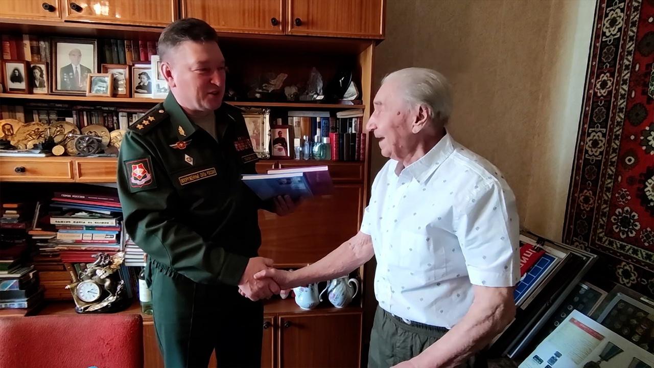 Песни, цветы и мини-парад: военнослужащие ВВО поздравили фронтовика из Владивостока с Днем Победы