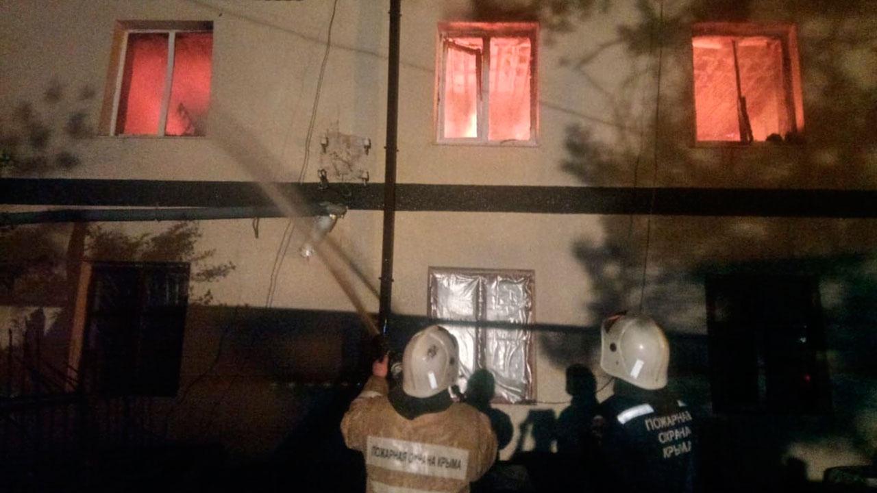 Площадь 1200 «квадратов»: в Крыму горит крыша многоквартирного жилого дома