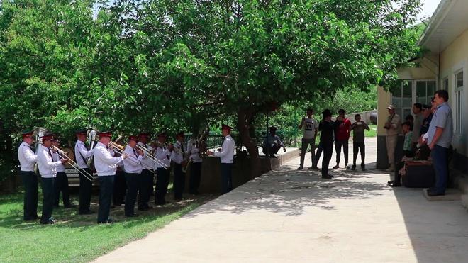 Военнослужащие 201-й базы в Таджикистане поздравили бравшего Берлин ветерана с Днем Победы
