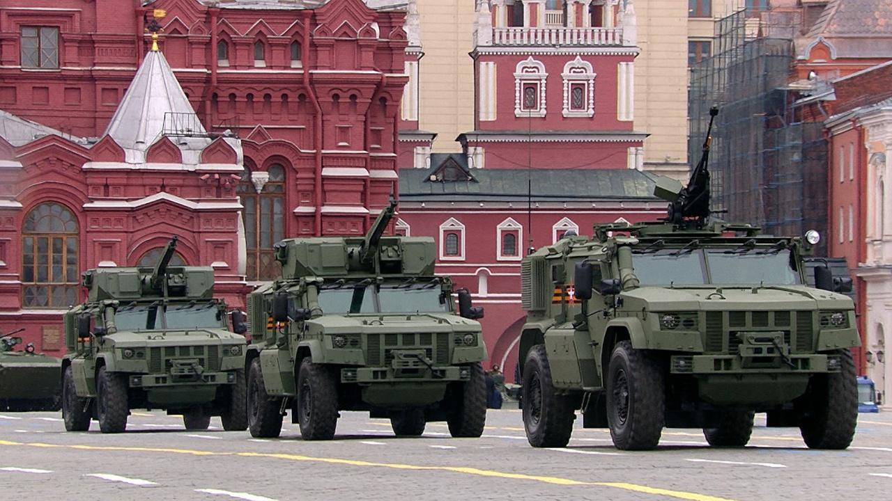 Бронеавтомобили повышенной защищенности «Тайфун-ВДВ» (сзади), и «Тайфун-ПВО»(спереди, без боевого модуля)<figcaption class=