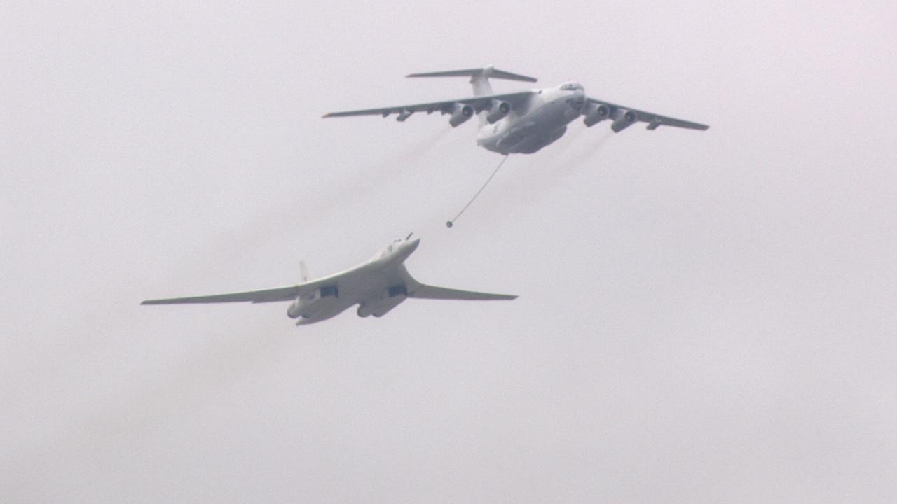 Ту-160 имитирует дозаправку в воздухе над Красной площадью<figcaption class=