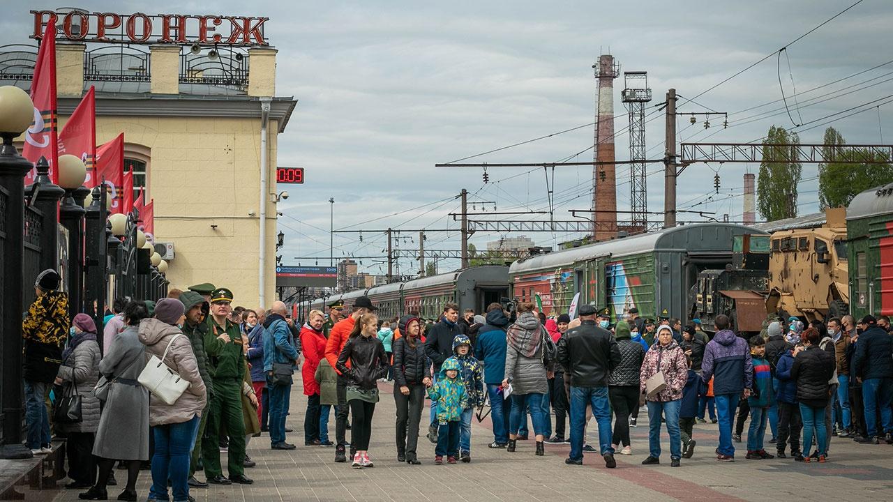 Встречать агитационный поезд «Мы - армия страны!» в Воронеже пришли около 5 тысяч военнослужащих ЗВО